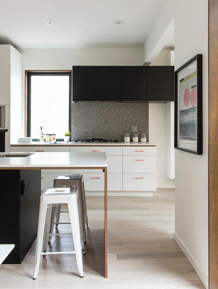 Dossier de presse | 2344-01 - Communiqué de presse | 46H - Sustainable Reinvention of 1905 House in the Beaches - baukultur/ca - Residential Architecture - Kitchen with Breakfast Bar: White cabinets with copper pulls<br> - Crédit photo : Alex Lukey