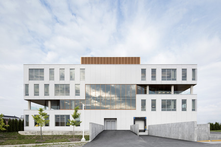 Dossier de presse | 846-20 - Communiqué de presse | The White Tunic of OIIQ by Ceragres - Ceragres - Institutional Architecture - Ordre des infirmières et infirmiers du Québec building - Crédit photo : Adrien Williams