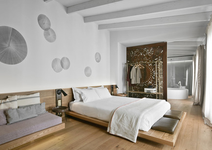 Press kit | 1124-13 - Press release | World Interiors News Awards Ceremony 2016 - World Interiors News - Commercial Interior Design - JOINT WINNER: HOTELS<br>Puro Hotel by OHLAB<br><br>Puro is an iconic 22 room boutique hotel located in the heart of La Lonja, in the historical centre of Palma.<br>Adapting itself to the different existing buildings, the hotel has an irregular configuration. The refurbishment project by OHLAB takes advantage of that complexity as a potential tool to generate unexpected and unique spaces where each room is different from the next. The selection of natural and local materials emphasizing the Mediterranean essence has been very important. <br><br>JUDGES' COMMENTS<br>'Small in scale, this is a contemporary design hotel within an 18th century palace in the old town of Palma de Mallorca. The team at OHLAB have managed to magnificently plan a rather difficult series of existing spaces with refreshing variety whilst pursuing design distinction in all aspects of the bespoke interior details. The resulting palette of natural material choices, soft neutral colours and innovative details is simplistic and effective in equal measure.'   - Photo credit: OHLAB