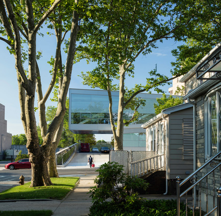 Press kit | 2322-01 - Press release | Restless Response: Emergency Medical Station 50 at Queens Hospital - Dean/Wolf Architects - Institutional Architecture - The building's 30-foot cantilever hangs over the driveway leading to staff parking at the rear. - Photo credit: © Paul Warchol