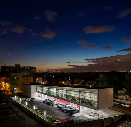 Press kit | 2322-01 - Press release | Restless Response: Emergency Medical Station 50 at Queens Hospital - Dean/Wolf Architects - Institutional Architecture - The 24 hour facility is a beacon for the neighborhood. - Photo credit: © Paul Warchol