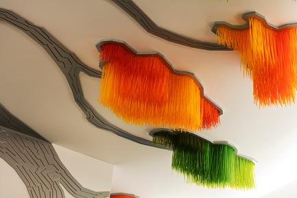 Dossier de presse | 2050-01 - Communiqué de presse | Sous le grand arbre : racine, feuille et fleur - Elisabeth Picard - Art - Elisabeth Picard<br><br> Sous le grand arbre<br> (entrance hall, level 1, detail)<br> Dyed zip-ties, painted aluminum, LED projectors<br><br>elisabethpicard.com - Crédit photo : Michel Dubreuil
