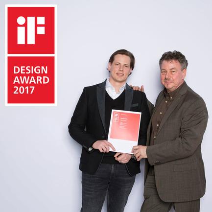 Dossier de presse | 2163-02 - Communiqué de presse | Portapivot reçoit un iF Design Award pour une charnière pivotante novatrice - Portapivot - Produit - Rudi and Koen Dries with Stealth Pivot's iF Design Award 2017 certificate - Crédit photo : iF Awards
