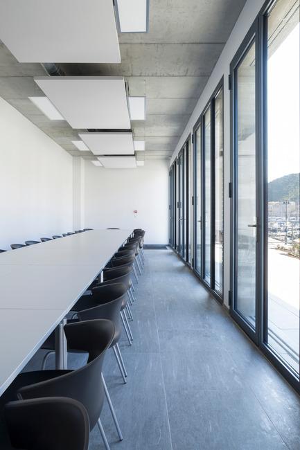 Press kit | 2380-01 - Press release | L'Ortu Duzzi - Buzzo Spinelli Architecture - Architecture industrielle -  Les panneaux acoustiques habillent la sous-face de béton, les menuiseries acier s'ouvrent sur le belvédère. - Photo credit: ©Serge Demailly