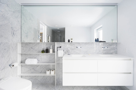 Press kit | 1142-06 - Press release | La Cardinale - L. McComber - Residential Architecture - The light grey marble bathroom bathed in natural light - Photo credit: Raphaël Thibodeau