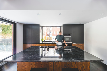 Press kit | 1142-06 - Press release | La Cardinale - L. McComber - Residential Architecture -  The black marble kitchen island bathed in natural light - Photo credit: Raphaël Thibodeau