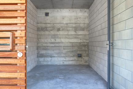 Dossier de presse | 2380-01 - Communiqué de presse | L'Ortu Duzzi Project - Buzzo Spinelli Architecture - Industrial Architecture -  Imprints in the concrete vibrate with the sun-breaker slats.<br>  - Crédit photo : ©Serge Demailly