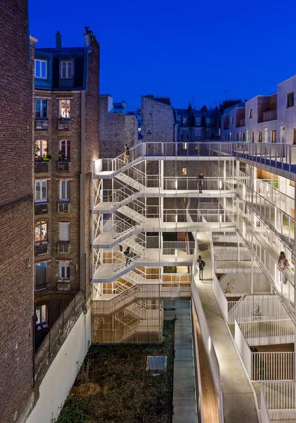 Dossier de presse | 2388-01 - Communiqué de presse | LESS - L'amplificateur urbain - AAVP ARCHITECTURE - Architecture résidentielle - Coursives de nuit - Crédit photo : © Luc Boegly