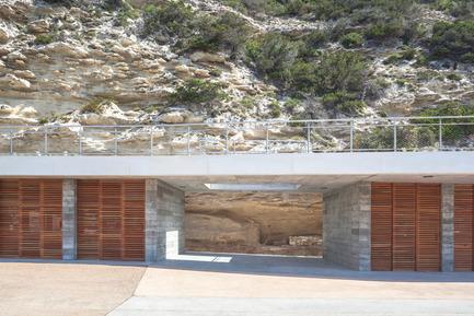 Dossier de presse | 2380-01 - Communiqué de presse | L'Ortu Duzzi - Buzzo Spinelli Architecture - Architecture industrielle -        La prud'homie s'ouvre à la vie de la citée en ménageant entre ses blocs des espaces publics.<br>   - Crédit photo : ©Serge Demailly