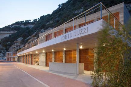 Press kit | 2380-01 - Press release | L'Ortu Duzzi - Buzzo Spinelli Architecture - Architecture industrielle -        L'acrotère de béton blanc se détache du fond de par sa blancheur pour donner de la profondeur au projet.  - Photo credit: ©Serge Demailly