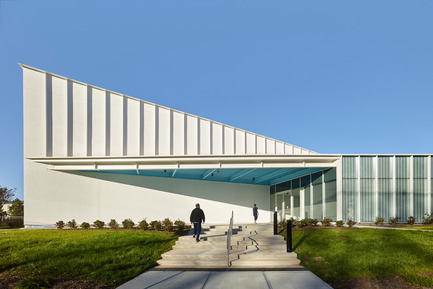Press kit | 2353-01 - Press release | TREC - ikon.5 architects - Institutional Architecture - Looking East | Main Entrance - Photo credit: Jeffrey Totaro