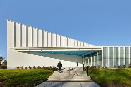 Dossier de presse | 2353-01 - Communiqué de presse | TREC - ikon.5 architects - Architecture institutionnelle - Looking East | Main Entrance - Crédit photo : Jeffrey Totaro