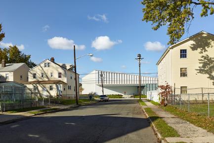 Dossier de presse | 2353-01 - Communiqué de presse | TREC - ikon.5 architects - Architecture institutionnelle - View of TREC from the neighborhood - Crédit photo : Jeffrey Totaro