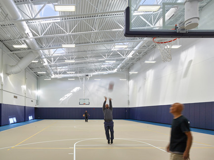 Dossier de presse | 2353-01 - Communiqué de presse | TREC - ikon.5 architects - Architecture institutionnelle - Gymnasium | Basketball Court naturally lit from above - Crédit photo : Jeffrey Totaro