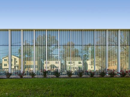 Dossier de presse | 2353-01 - Communiqué de presse | TREC - ikon.5 architects - Architecture institutionnelle - Glass Facade Reflecting Houses in the Neighborhood - Crédit photo : Jeffrey Totaro