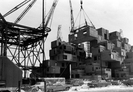 Dossier de presse | 748-31 - Communiqué de presse | Montréal célèbre le50e anniversaire d'Habitat 67 de l'architecte canadien, israélien, américain MosheSafdie au Centre de design de l'UQAM / Du 1er juin au13août2017 - Centre de design de l'UQAM - Évènement + Exposition - Habitat 67, image du chantier, 1966 - Crédit photo : Collection de Safdie Architects