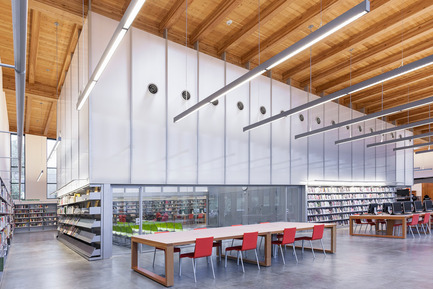 Dossier de presse | 2570-01 - Communiqué de presse | New York Public Library Stapleton Branch - Renovation and Expansion - Andrew Berman Architect - Architecture institutionnelle - View of adult area and community room beyond<br> - Crédit photo : Naho Kubota