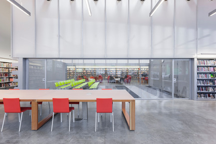 Dossier de presse | 2570-01 - Communiqué de presse | New York Public Library Stapleton Branch - Renovation and Expansion - Andrew Berman Architect - Architecture institutionnelle - View from adult area to community room and teen area beyond<br> - Crédit photo : Naho Kubota