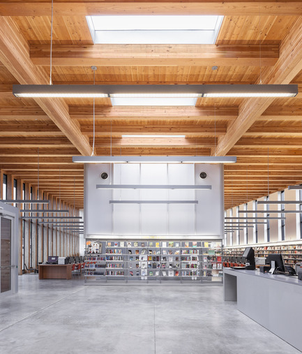 Dossier de presse | 2570-01 - Communiqué de presse | New York Public Library Stapleton Branch - Renovation and Expansion - Andrew Berman Architect - Architecture institutionnelle - View from entry hall<br> - Crédit photo : Naho Kubota