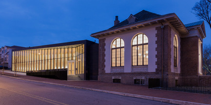 Dossier de presse | 2570-01 - Communiqué de presse | New York Public Library Stapleton Branch - Renovation and Expansion - Andrew Berman Architect - Architecture institutionnelle - Exterior view at night<br> - Crédit photo : Naho Kubota