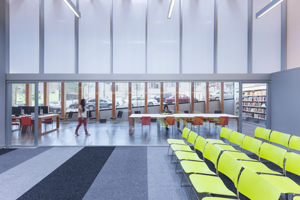 Dossier de presse | 2570-01 - Communiqué de presse | New York Public Library Stapleton Branch - Renovation and Expansion - Andrew Berman Architect - Architecture institutionnelle - View from community room to adult area<br> - Crédit photo : Naho Kubota