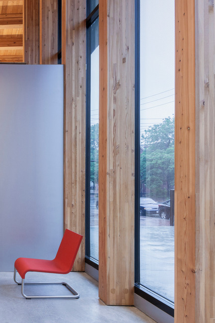 Dossier de presse | 2570-01 - Communiqué de presse | New York Public Library Stapleton Branch - Renovation and Expansion - Andrew Berman Architect - Architecture institutionnelle - Glulam wood posts at facade<br> - Crédit photo : Naho Kubota