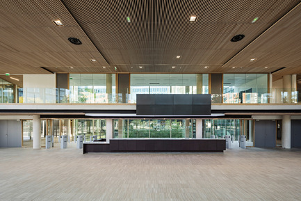 Press kit | 1008-04 - Press release | Headquarter Veolia - Dietmar Feichtinger Architectes - Commercial Architecture - Hall main entry - Photo credit: Hertha Hurnaus
