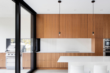 Press kit | 1633-03 - Press release | 1st Avenue Residence - Architecture Microclimat - Residential Architecture - Kitchen counter extending onto the terrace - Photo credit: Adrien Williams