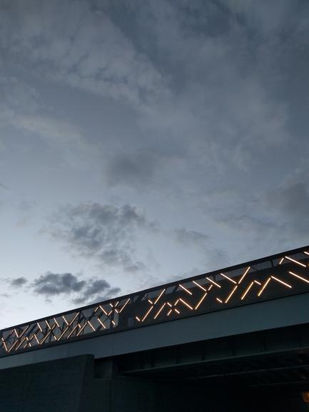 Press kit | 2366-01 - Press release | Un nouveau viaduc pour le Campus MIL de l'Université de Montréal - civiliti - Urban Design - Close-up View of Lit Guardrail - Photo credit: civiliti