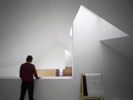 Dossier de presse | 2609-01 - Communiqué de presse | Compass House by superkül Named Architizer A+ Awards Jury Winner - superkül - Residential Architecture - Judiciously placed skylights in the soaring pitched roof planes of the house allow soft washes of light to illuminate the interior. - Crédit photo : Ben Rahn / A-Frame