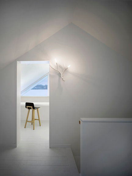 Dossier de presse | 2609-01 - Communiqué de presse | Compass House by superkül Named Architizer A+ Awards Jury Winner - superkül - Residential Architecture - An intimate second-floor study provides views of the surrounding landscape through a triangulated window framed by the home's pitched roof. - Crédit photo : Ben Rahn / A-Frame