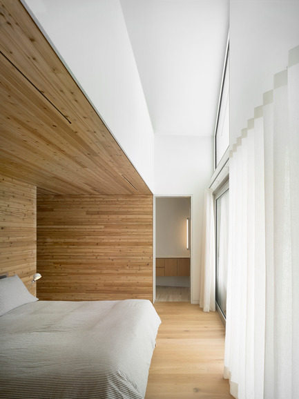 Dossier de presse | 2609-01 - Communiqué de presse | Compass House by superkül Named Architizer A+ Awards Jury Winner - superkül - Residential Architecture - Spaces are oriented to capture different views of the landscape. Here, the bedroom enjoys a long view to over almost 100 acres of farmland. - Crédit photo : Ben Rahn / A-Frame