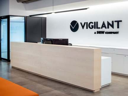 Press kit | 1152-09 - Press release | New Offices for Vigilant Global:  Refined and Modern - LumiGroup - Lighting Design -  Front desk. Decorative Lighting: Luceplan - Compendium  - Photo credit: Alexi Hobbs