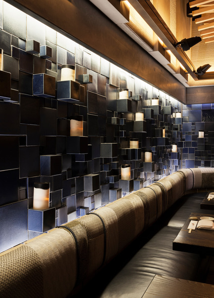 Press kit | 1082-03 - Press release | L'artiste céramiste Pascale Girardin présenteses installations pour le restaurant Nobu Downtown - Pascale Girardin - Art - Nobu Downtown, NY, New York<br>Murale Indigo par Pascale Girardin<br>Design d'intérieur: Rockwell group - Photo credit: Stephany Hildebrand