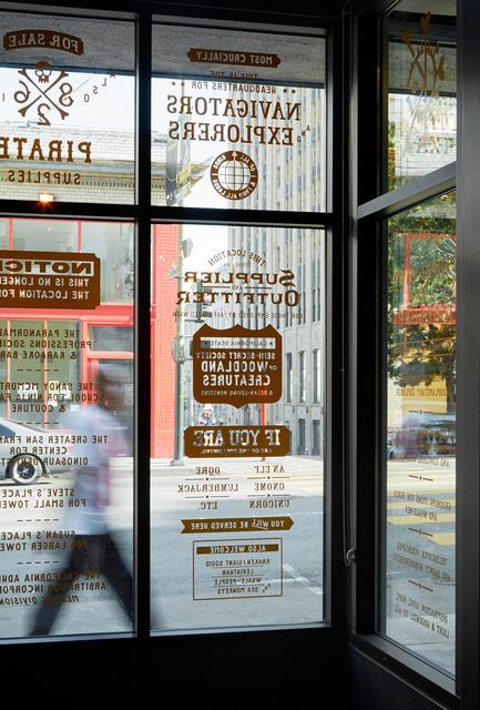 Dossier de presse | 1562-02 - Communiqué de presse | 826 Valencia Tenderloin Center Receives Special Commendation Award for Social Responsibility - INTERSTICE Architects - Commercial Architecture - Text Glazing Detail - Crédit photo : Matthew Millman