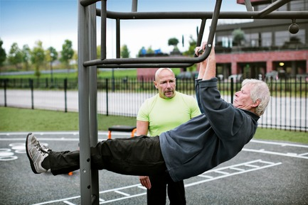 Press kit | 2487-01 - Press release | New Outdoor Fitness is a Game Changer - KOMPAN - Product - 6 steps towards doing a real pull-up - Photo credit: KOMPAN