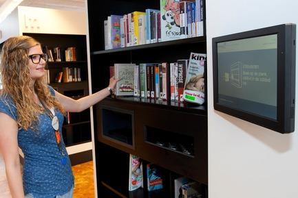 Dossier de presse | 2457-01 - Communiqué de presse | Nedap transforme les bibliothèques avec des rayonnages intelligents - Nedap Library Solutions - Design industriel - Girl using Nedap Intelligent Shelves at Amstelveen Library - Crédit photo : Nedap Library Solutions