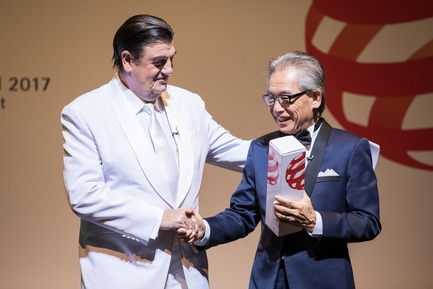 Press kit | 1696-18 - Press release | Red Dot Gala 2017: The Best Designers and Manufacturers of the Year Were Recognised - Red Dot Award - Competition - Prof. Dr. Peter Zec, Red Dot CEO and host of the evening, together with juror Simon Ong - Photo credit: Red Dot<br>