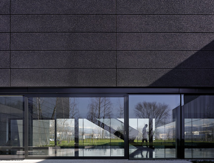 Dossier de presse | 2613-01 - Communiqué de presse | Faber Headquarters - GEZA - Gri e Zucchi architetti associati - Industrial Architecture -         The lightness of the building is generated by the black color related to the surrounding elements - Crédit photo : Massimo Crivellari
