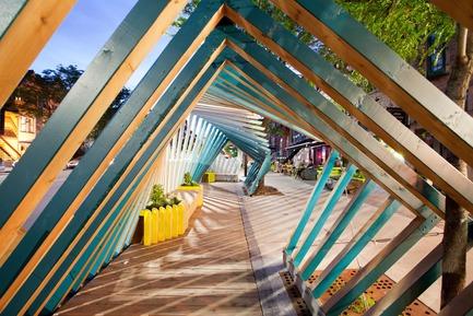 Dossier de presse | 2664-01 - Communiqué de presse | La Vague - Arcadia Studio - Design urbain - Le mouvement d'une vague venant s'échoir sur le trottoir - Crédit photo : Alexandre Guilbeault