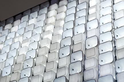 Dossier de presse | 2560-01 - Communiqué de presse | 'Microlibrary Bima': 2000-Ice-Cream-Bucket-Project - SHAU - Institutional Architecture - Ice cream bucket facade glowing in the evening - Crédit photo : Sanrok studio/ SHAU