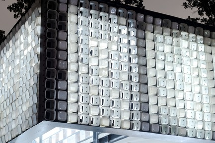 Dossier de presse | 2560-01 - Communiqué de presse | 'Microlibrary Bima': 2000-Ice-Cream-Bucket-Project - SHAU - Institutional Architecture - Glowing ice cream bucket facade in the evening - Crédit photo : Sanrok studio/ SHAU