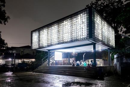 Dossier de presse | 2560-01 - Communiqué de presse | 'Microlibrary Bima': 2000-Ice-Cream-Bucket-Project - SHAU - Institutional Architecture - The glowing microlibrary in the evening - Crédit photo : Sanrok studio/ SHAU