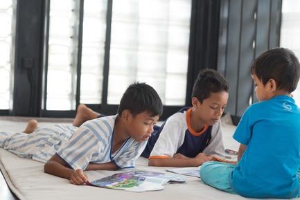 Dossier de presse | 2560-01 - Communiqué de presse | 'Microlibrary Bima': 2000-Ice-Cream-Bucket-Project - SHAU - Institutional Architecture - Children reading at Microlibrary Bima - Crédit photo : Sanrok studio/ SHAU