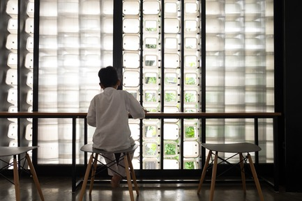Dossier de presse | 2560-01 - Communiqué de presse | 'Microlibrary Bima': 2000-Ice-Cream-Bucket-Project - SHAU - Institutional Architecture - Inside the Microlibrary Bima with natural light - Crédit photo : Sanrok studio/ SHAU