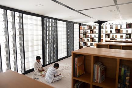Dossier de presse | 2560-01 - Communiqué de presse | 'Microlibrary Bima': 2000-Ice-Cream-Bucket-Project - SHAU - Institutional Architecture - Children reading inside Microlibrary Bima - Crédit photo : Sanrok studio/ SHAU