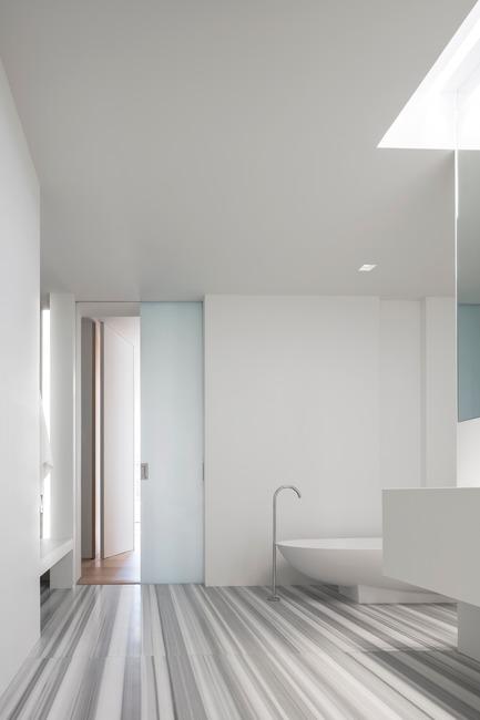 Dossier de presse | 2257-02 - Communiqué de presse | Photographer's Loft - Desai Chia Architecture PC - Residential Interior Design - Master bathroom. - Crédit photo : Paul Warchol