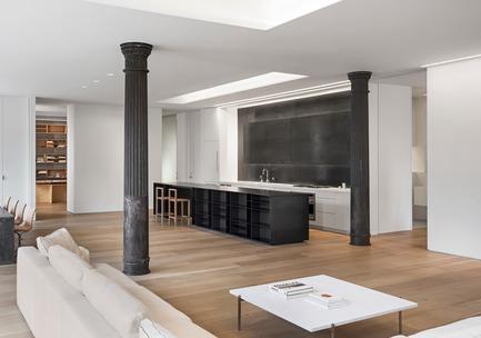 Dossier de presse | 2257-02 - Communiqué de presse | Photographer's Loft - Desai Chia Architecture PC - Residential Interior Design - Living room view towards the kitchen. - Crédit photo : Paul Warchol