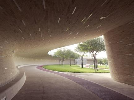 Dossier de presse | 2404-02 - Communiqué de presse | Oxygen Park, Education City, Doha - Qatar Foundation, AECOM - Institutional Architecture - Covered Walkway - Lower Park Level - Crédit photo :  Markus Elblaus