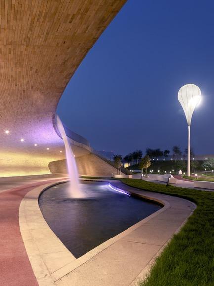 Dossier de presse | 2404-02 - Communiqué de presse | Oxygen Park, Education City, Doha - Qatar Foundation, AECOM - Institutional Architecture - Covered Walkway - Water Cascade - Crédit photo : Markus Elblaus
